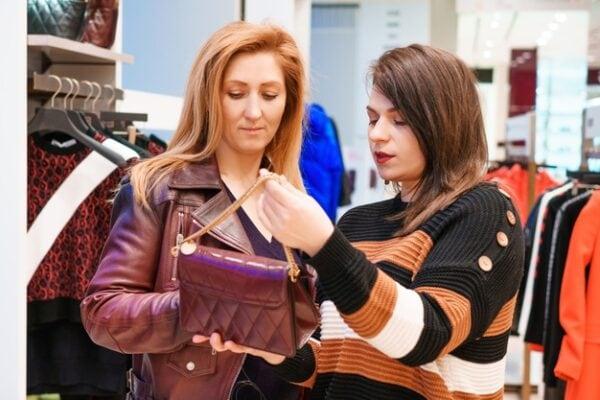 ผู้หญิงสองคนกำลังเลือกเสื้อผ้า