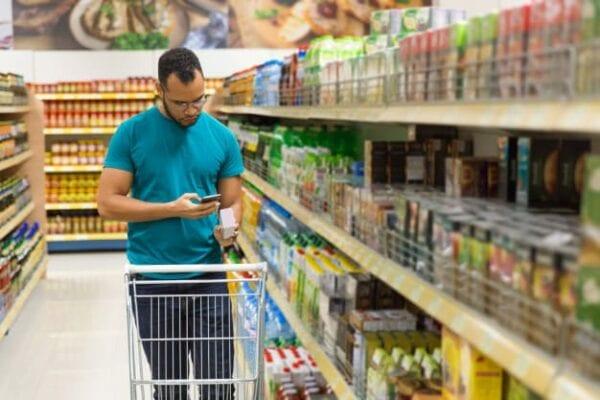 ผู้ชาย-กำลัง-เลือกซื้อ-สินค้า-ลิสต์-สมาร์ทโฟน