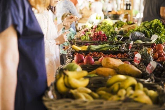 ผู้คนซื้อผักในตลาด