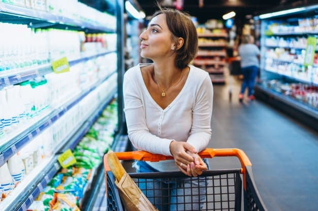 ผู้หญิงช้อปปิ้งซื้อของในร้านขายของชำ