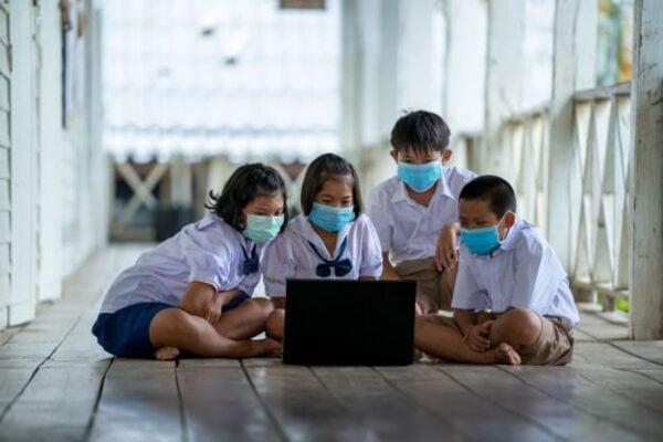 นักเรียนเอเชียใส่หน้ากากอนามัย
