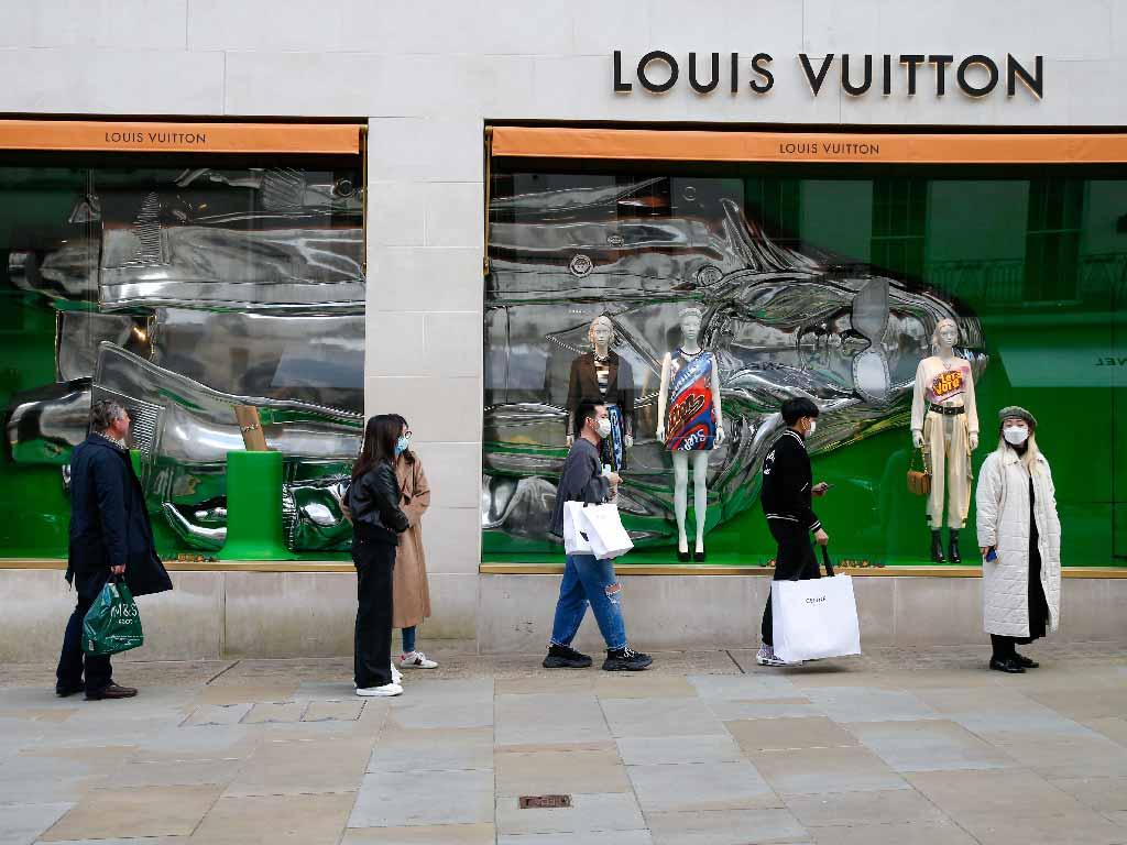 นักช้อปชาวเอเชียในที่หน้าร้าน Louis Vuitton ลอนดอน